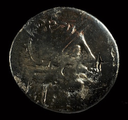 The votive coin of the barge (photo R. Bénali, Mdaa/CG13)